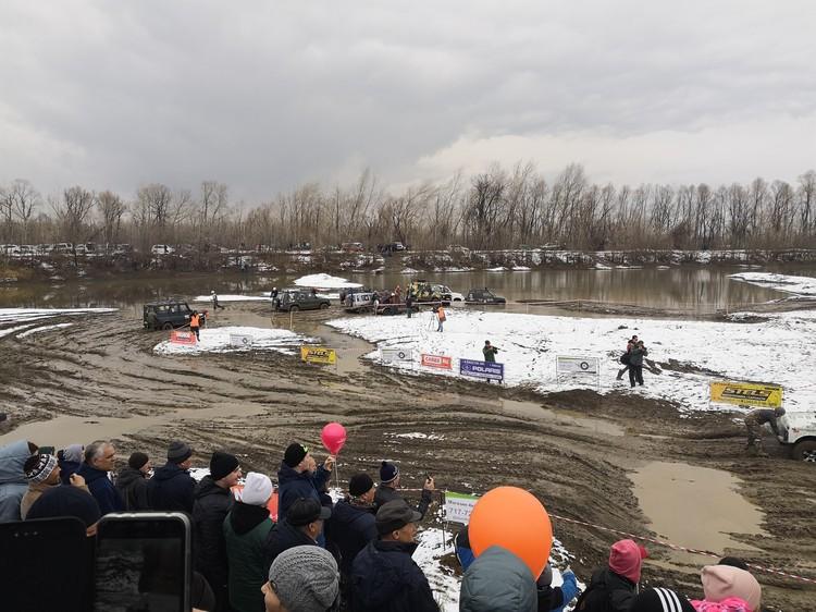 Соревнования по автомногоборью в Барнауле впервые за свою историю проходят со снегом/Фото: Дмитрий Иванов