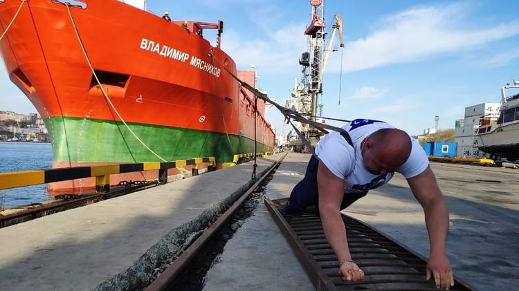 Многотонное судно покорилось рекордсмену с первой попытки. Фото:из личного архива Ивана Савкина