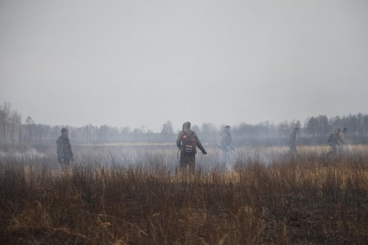 Всего на тушении пожаров задействовано 281 человек. Фото: Анатолий ЛЕВСКОЙ