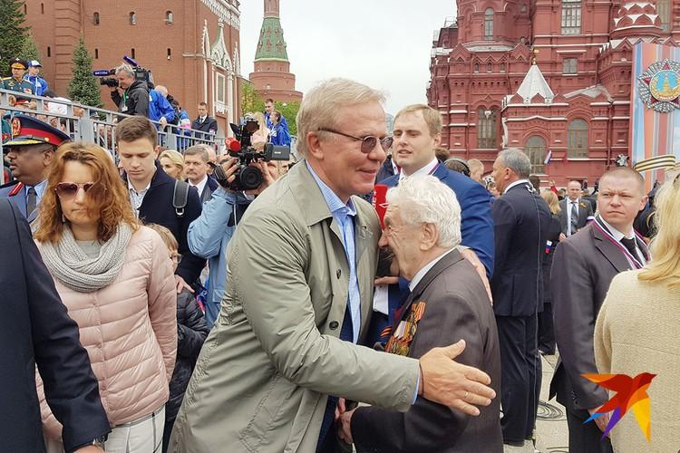 Ветеранов пришел поздравить и советский хоккеист Вячеслав Фетисов.
