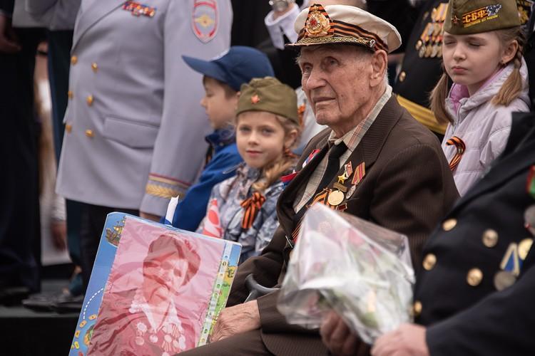 Сотни севастопольцев приходят посмотреть на парад