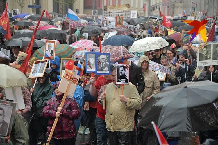 Весенний ливень застал москвичей во время прохождения Бессмертного полка