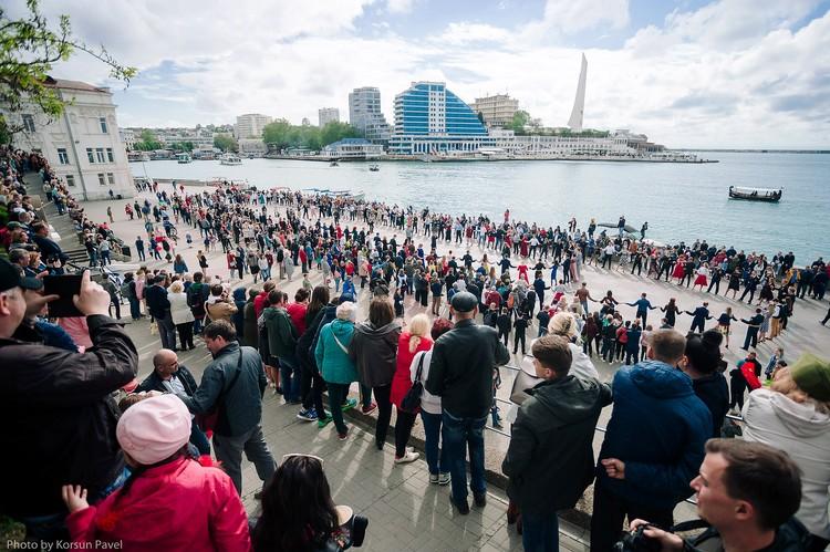 Танцевали на Приморской набережной. Фото: пресс-служба Севастопольского бала