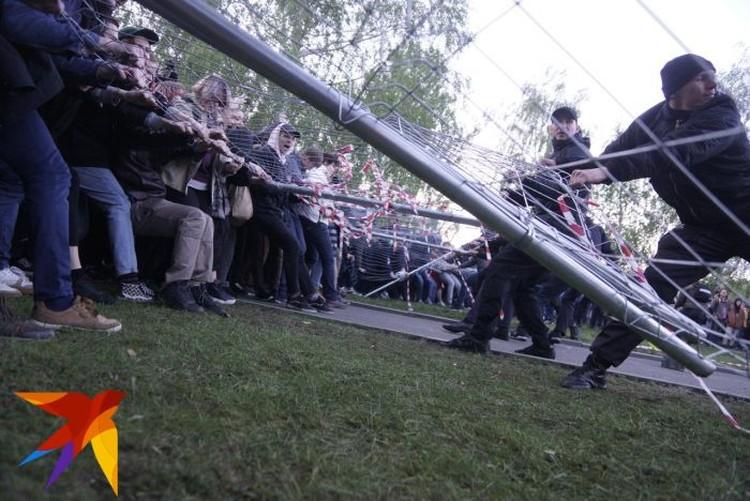 В какой-то момент борьба за забор превратилась в некое подобие перетягивания каната.