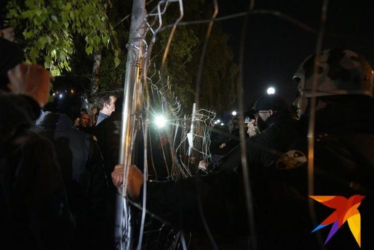 К ночи под натиском толпы забор сильно деформировался.