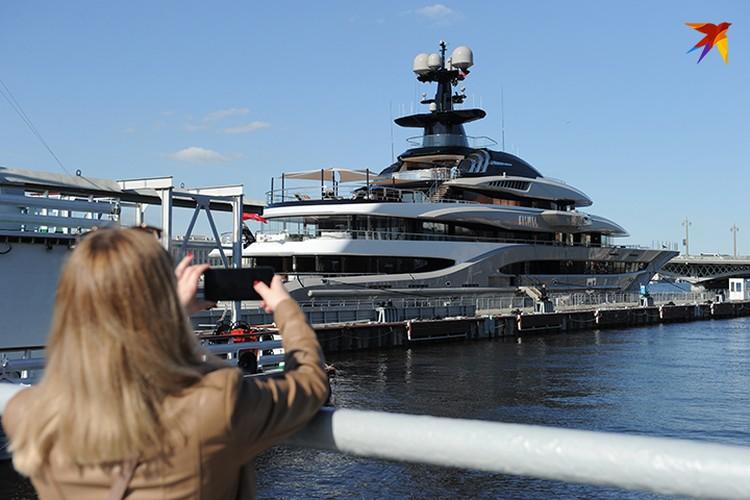 Эта яхта временно стала новой достопримечательностью Петербурга.