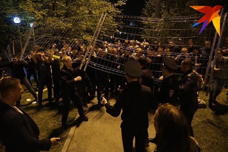 Силовики каждую ночь охраняют забор