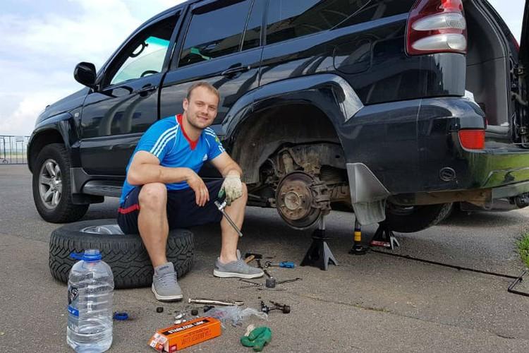 Семен очень любит копаться в автомобилях и всегда ремонтирует свою машину сам. Фото: личный архив Семена Павличенко