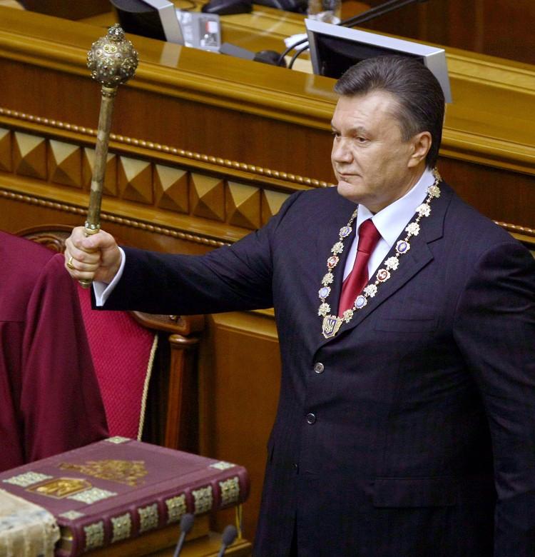 2010 год, церемония присяги Виктора Януковича. В руках у президента Украины - булава.
