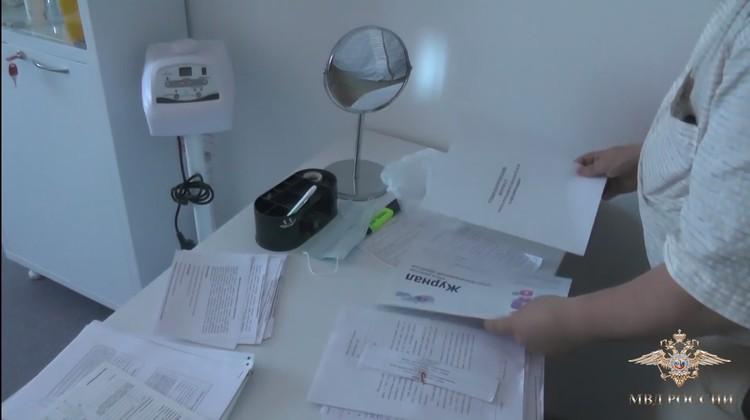 Из клиник изъяли документы и технику.