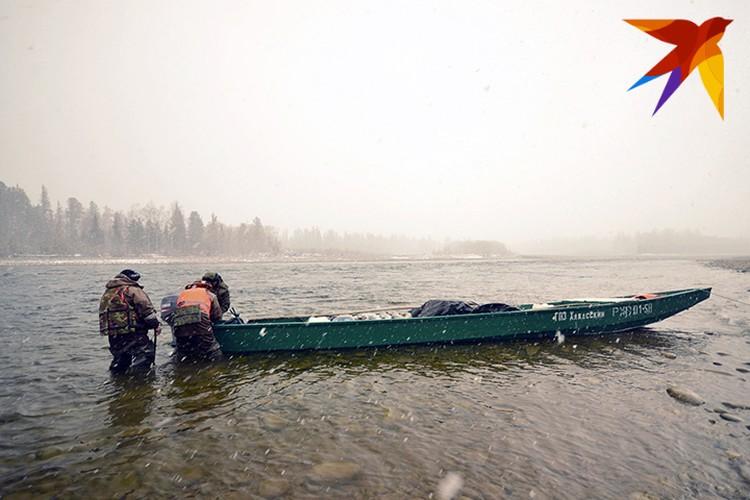 В пути пришлось снимать мотор с лодки