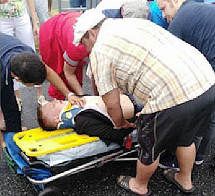 Фото, где Кевин помогает грузить Диму в скорую разлетелось по всем информагентствам