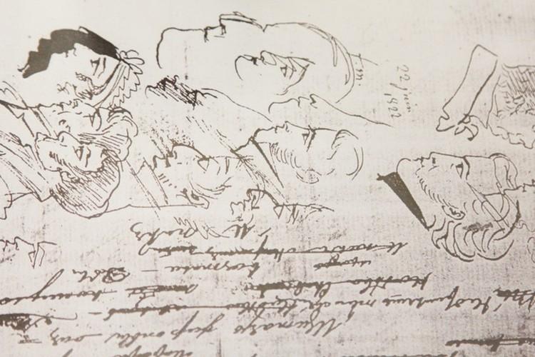 Для Пушкина в рисунке была живость и легкость. Вот, например, галерея портретов на странице одного из его черновиков. Узнаете кого-нибудь? Фото: пересъемка Сергея Волчкова