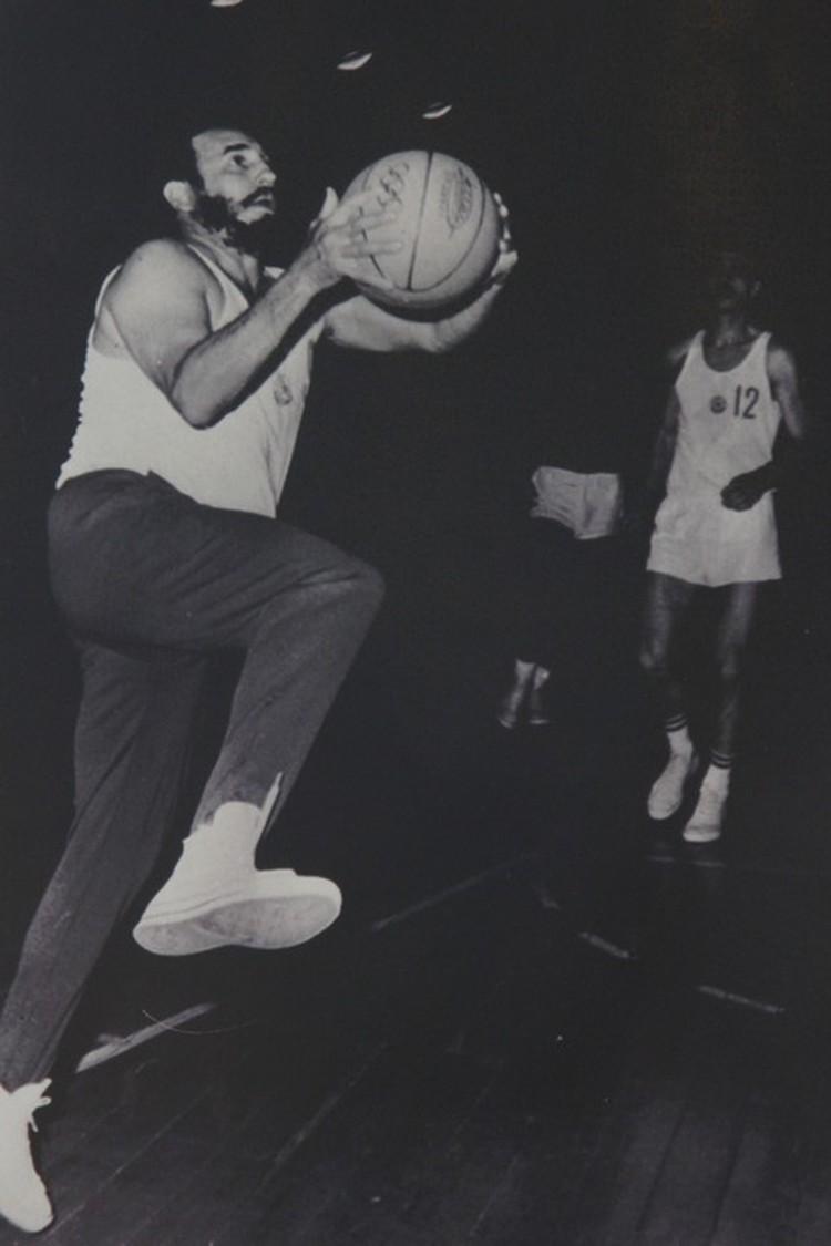 Фидель Кастро - не только политик, но и баскетболист. На фото - памятный товарищеский матч во время визита в Софию. Фото: пересъемка Сергея Волчкова