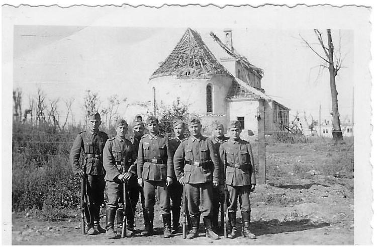 Немцы возле гарнизонного храма в Брестской крепости в 1941 году. В 1924 году он был перестроен в костел, а потом стал офицерским клубом.