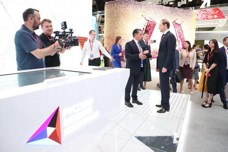 Глава Минпромторга России Денис Мантуров посетил стенд РМК в рамках ПМЭФ-2019. Автор фото: Андрей ЗАХАРОВ