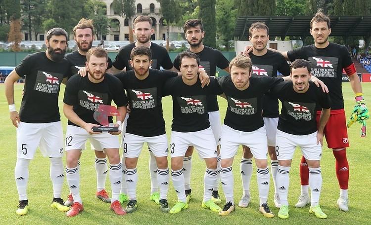 Футболисты команды из Кутаиси вышли на поле в черных майках с антироссийскими лозунгами