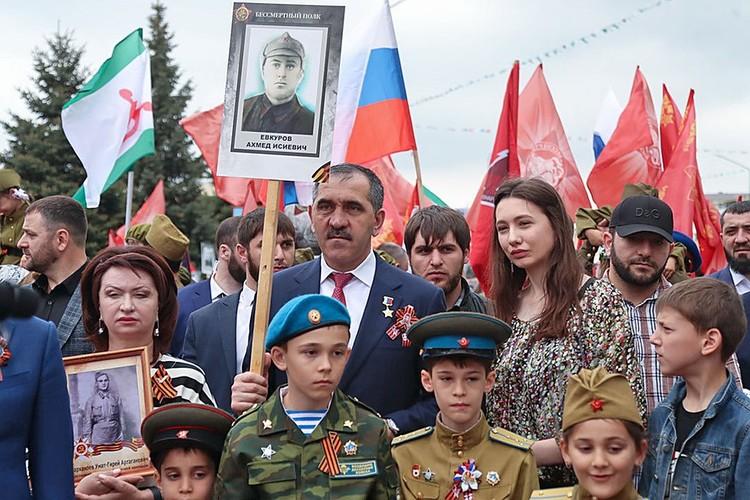 Евкуров с детьми во время акции «Бессмертный полк». Фото: пресс-служба главы Ингушетии