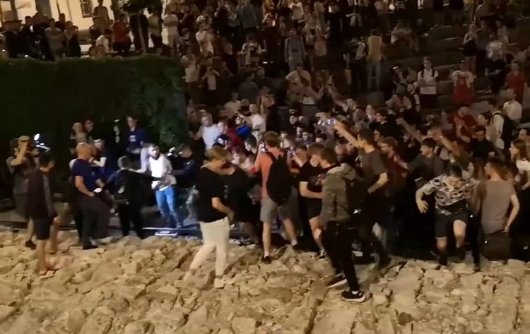 """Лазутин и его соратники во время рейда в """"Яме"""" сразу собирают толпу вокруг."""