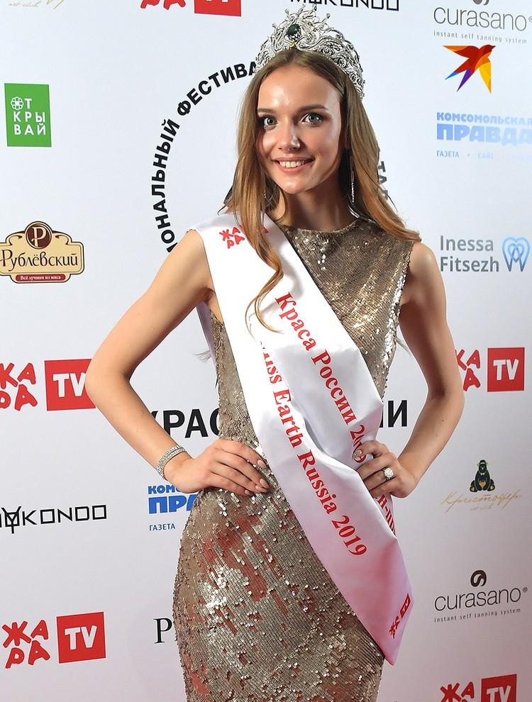 Аня с 14 лет работает моделью