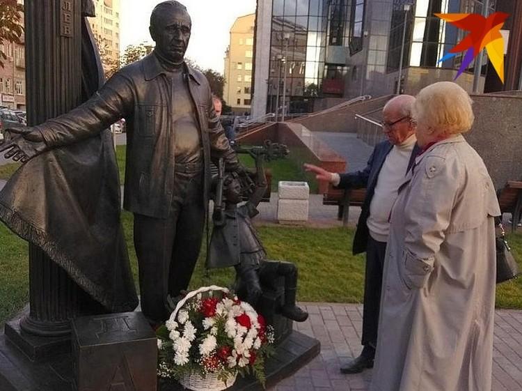 Юрий Ошеров у памятника своему учителю возле здания нового ТЮЗа