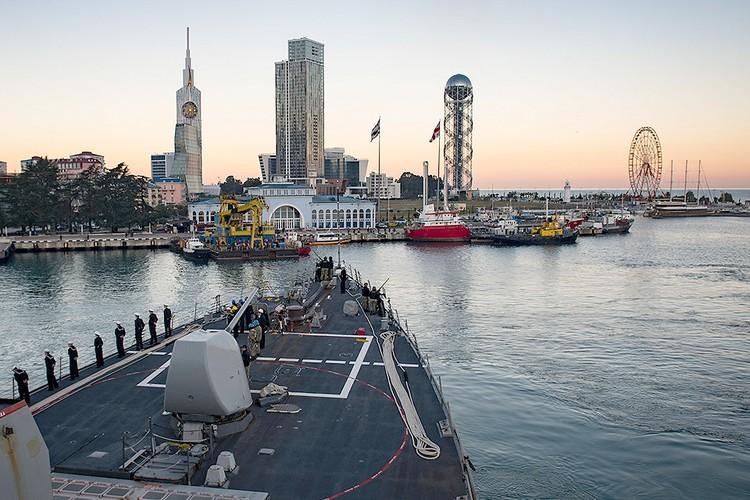 """Вид на побережье Батуми с борта американского эсминца """"Дональд Кук""""."""