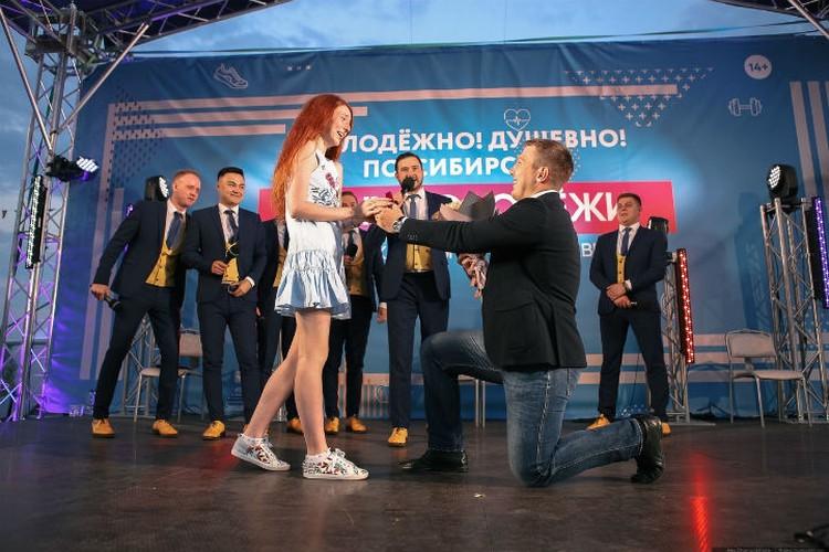 Артем встал перед любимой на одно колено Фото: vk.com/krasnoyarskrf
