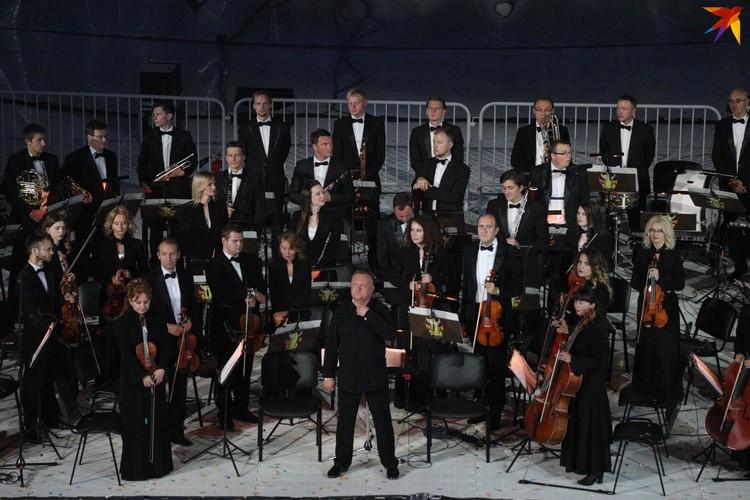 16. Артистам аккомпанировал президентский оркестр.