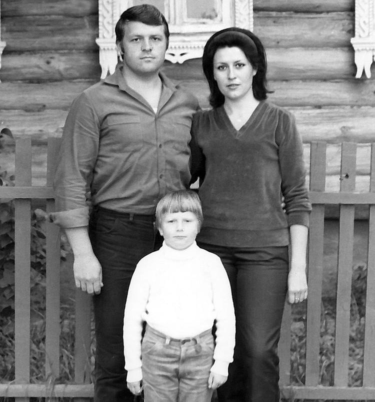 Николай Басков с мамой и папой. Фото из личного архива
