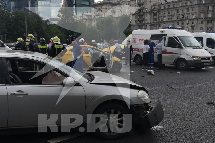 KIA ехала по направлению в область, однако неожиданно вылетела на встречку и врезалась в такси