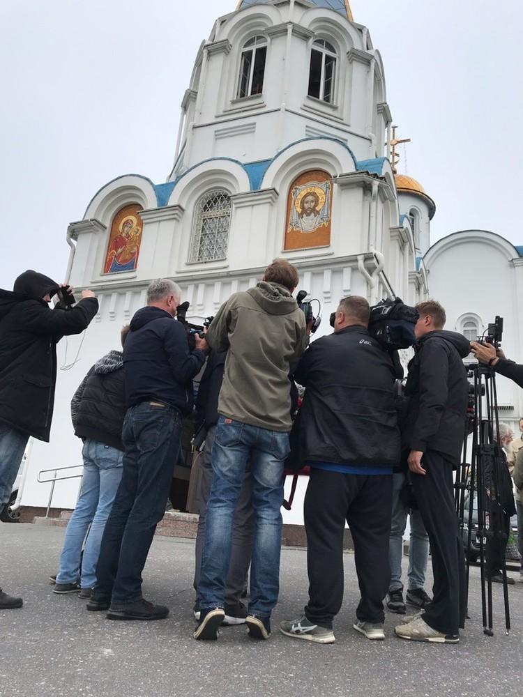 На траурной панихиде по погибшим в храме Спаса на Воде в Мурманске собрались простые жители и журналисты