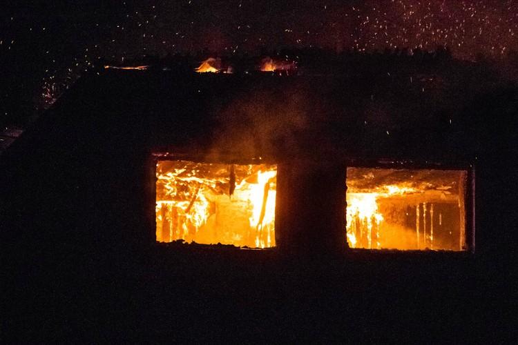 Сгорели крыша и перекрытия, закоптились стены на втором этаже. Фото: Константин ЛОЖЕНИЦЫН, «Любительская метеорология в Кирове»