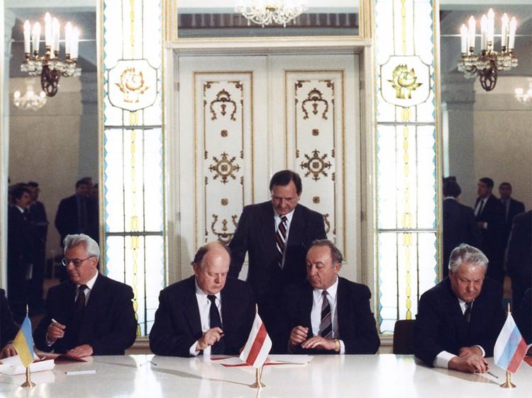 Подписание Беловежского соглашения 8 декабря 1991 года. Станислав Шушкевич и Вячеслав Кебич подписали его как руководители Беларуси.