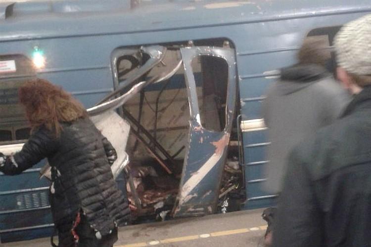 Это первый снимок с места трагедии. Таким въехавший на станцию поезд увидели пассажиры, стоящие на платформе Фото: ДТП и ЧП (Вконтакте)