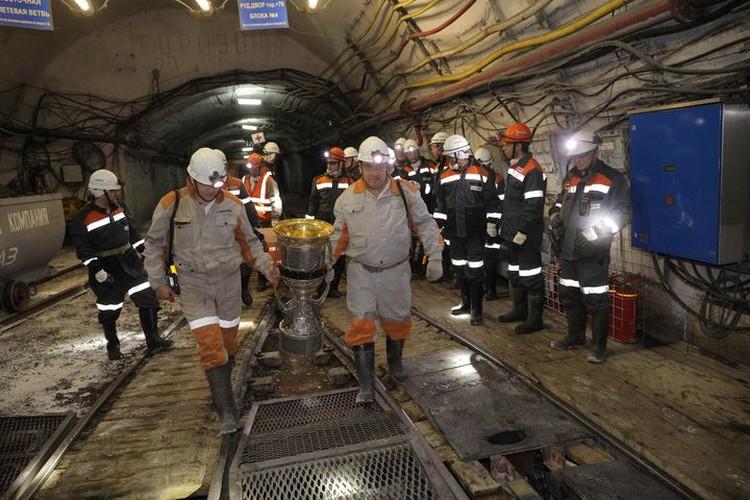 Впервые главный трофей КХЛ спустился в шахту. ФОТО: Денис Рассохин.