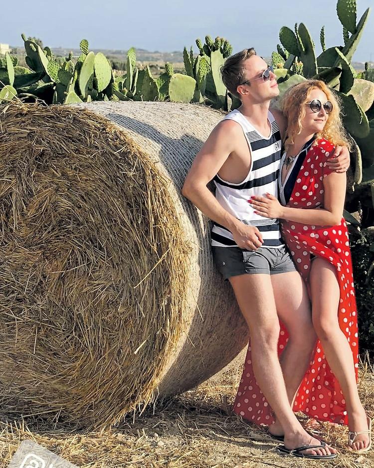 Дочь писателя Елена Задорнова выставила в соцсети фото вместе с молодым актером Игорем Скрипко. Пока никто из них не рассказывает, что их связывает. Фото: instagram.com/jzadornova