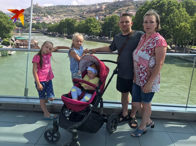 Многодетная семья из Ханты-Мансийского округа приехала в Грузию на машине
