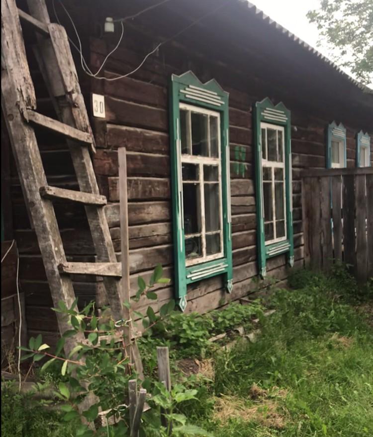 Старому дому, в котором живут бабушка и внуки, в обед сто лет исполнится