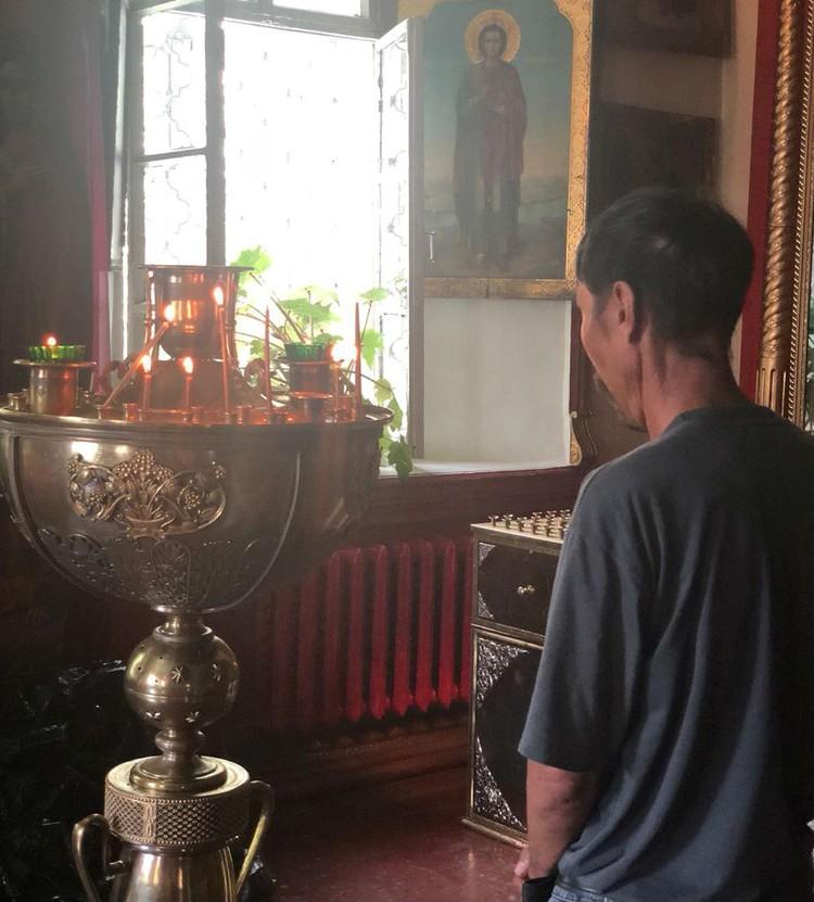 В церкви Серега поставил свечку за упокой мамы. Фото: Павел ЦИКОЛИН
