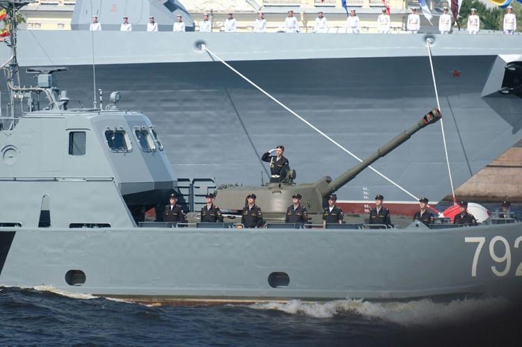 Военные корабли прошли ровным строем по Неве