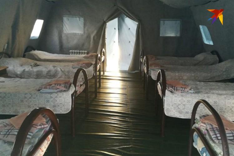 По рассказам детей, в каждой из палаток стоит по 8 кроватей и 8 тумбочек соответственно