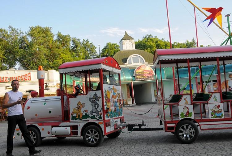 Несмотря на разгар туристического сезона желающих прокатиться на экскурсионном паровозике почти нет – может, потому, что смотреть в Черноморском особенно не на что…