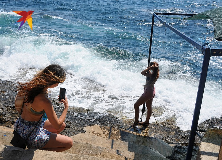 Если погода не позволяет выйти в открытое море, то почему бы не попозировать на фоне волн? Что еще остается делать красивым девушкам…