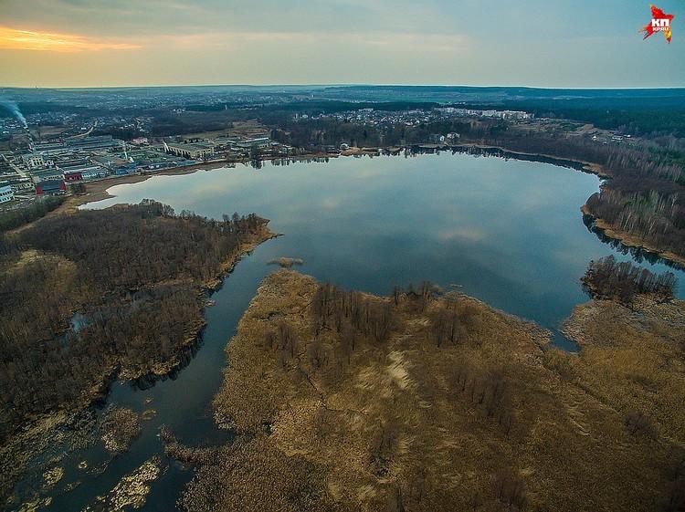 На берегу альбертинского озера и находится дворец Пусловских – центр имения.