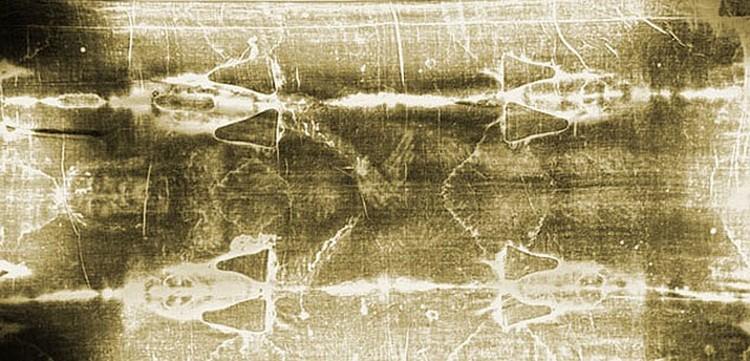 Туринская плащаница - льняное полотно бледно-желтого цвета длиной 4,36 м и шириной 1,1 м с отпечатками окровавленного тела