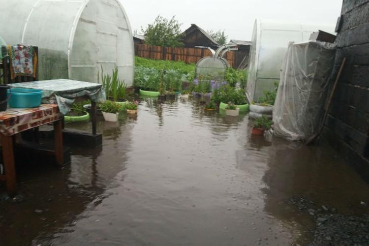 В некоторых районах Тулуна подтопило огороды. Фото: соцсети.