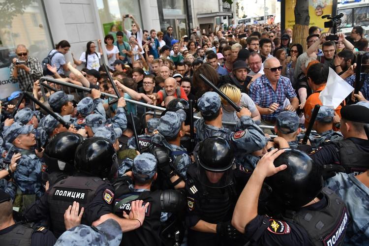 Протестующие бросались на сотрудников с кулаками, прорывали оцепление, устраивали давку