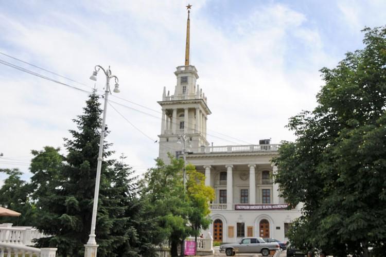 Театр Черноморского флота имени Бориса Лавренева некоторые зовут просто матросским клубом.