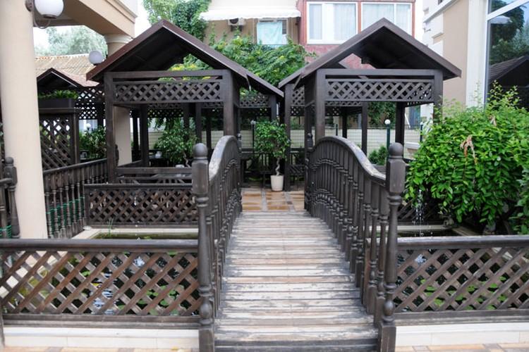 Новые гостиницы обзавелись симпатичными открытыми джвориками и верандами, часто — в восточном стиле.