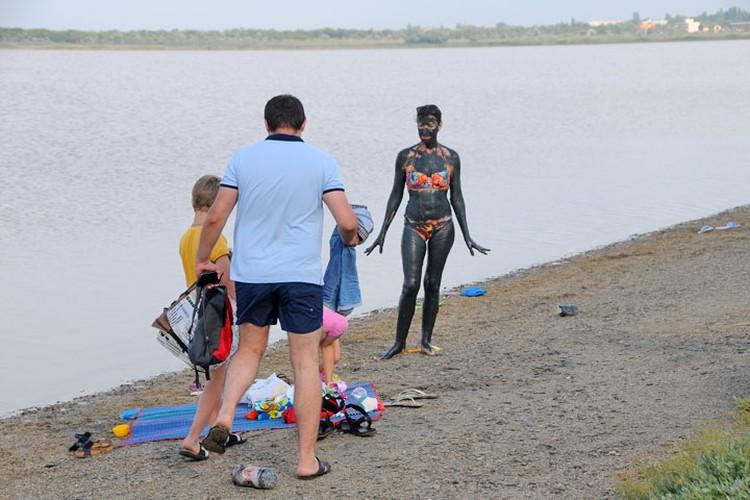 Сакское озеро: грязь хоть и бесплатное, но, говорят, лечебная. Многие верят...